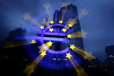 Снимка на знака на еврото пред Централната европейска банка във Франкфурт.