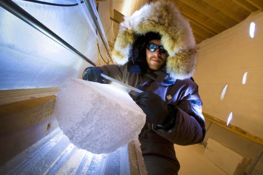 Bo Vinther, membro da equipe, prepara um 'ice core' para inspeção visual.  Foto de Christian Morel