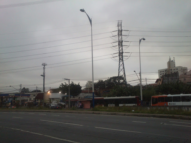 Postes estão instalados na região, há mais de um ano. Crédito da foto: Fernando Alves Firmino