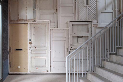 Reciclaje de madera espacios en madera for Muebles con puertas viejas