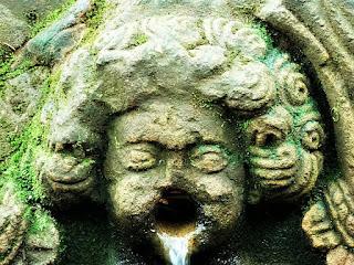 Fonte Missioneira, São Miguel das Missões. Água vertendo da boca de anjo esculpido em arenito.