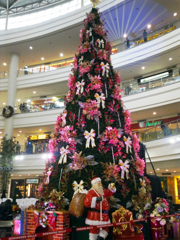 Giant christmas tree at robinsons place manila the for Jardin necitas