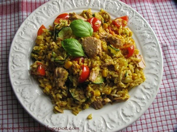 Ryż z kurkumą, warzywami i tuńczykiem