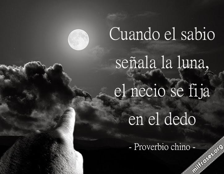 Cuando el sabio señala la Luna, el necio se fija en el dedo. proverbio chino