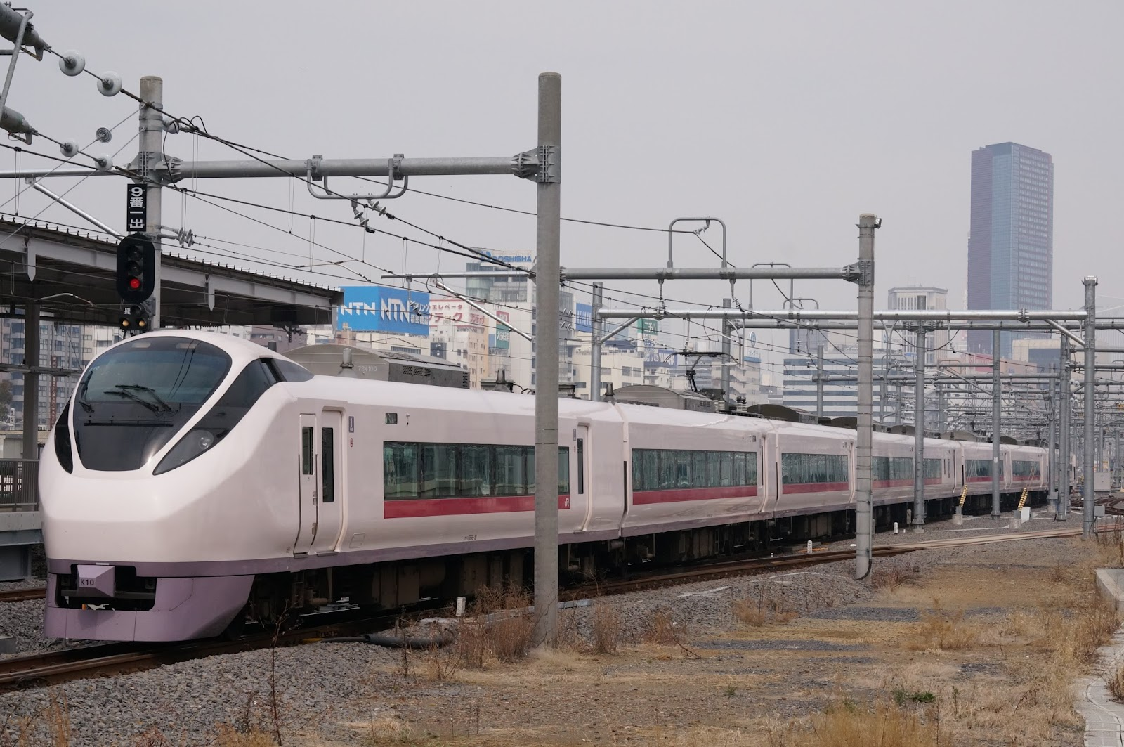 品川駅を発車するE657系特急ひたち