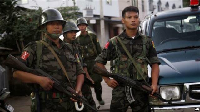 Para anggota Laskar Kemerdekaan Kachin (KIA) siaga di Myanmar utara (foto: dok).