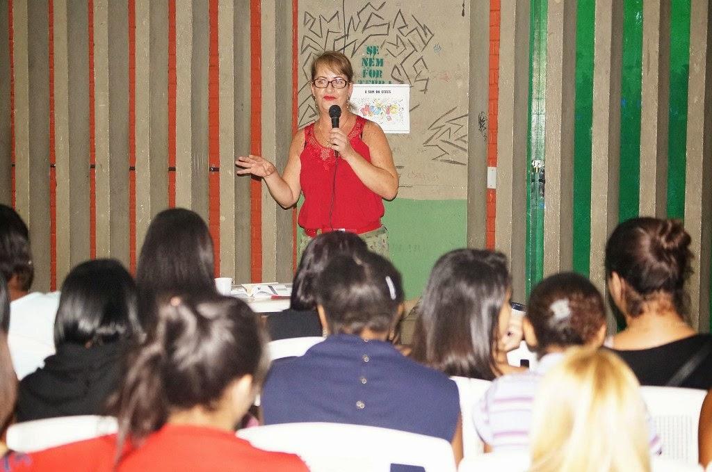 A professora e advogada Vera Lucia de Oliveira conversa com as alunas da EJA