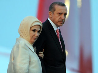 Erdogan dan istrinya (foro rferl.org)