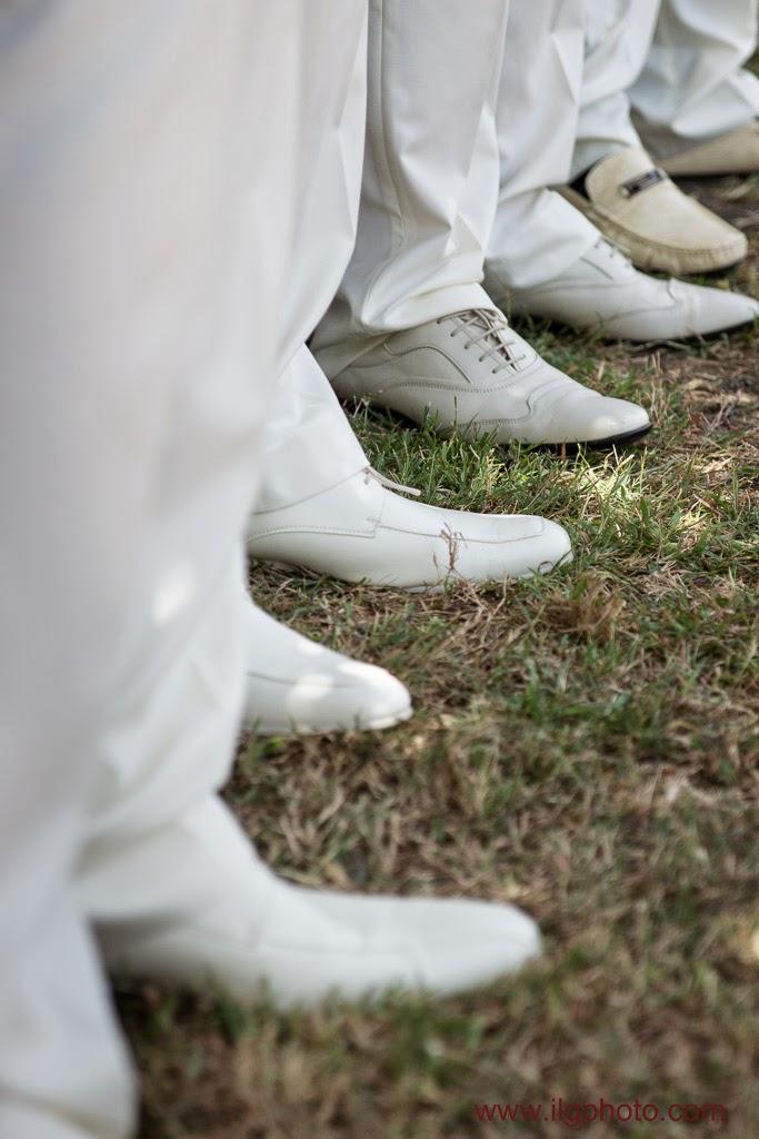 détail des chaussures blanches des garçons d'honneur