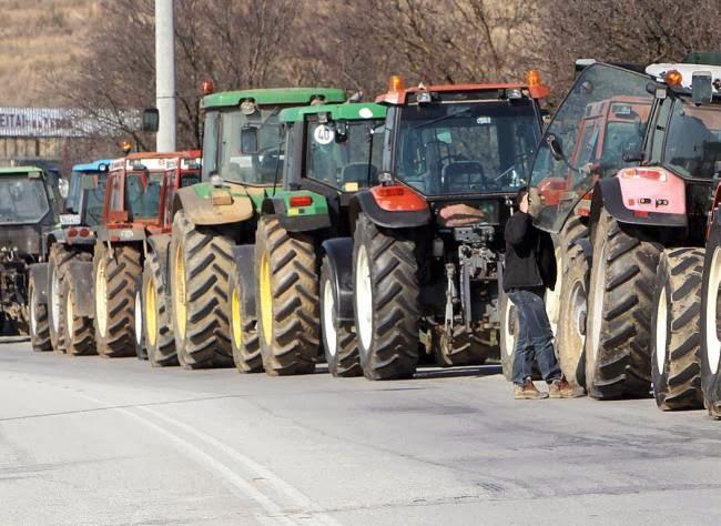 Στους δρόμους απειλούν να κατέβουν οι αγρότες από σήμερα...