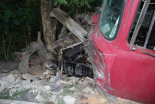 Camión pierde frenos y choca pared en Guaricamos