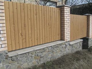Забор из профлиста под дерево, камень. Фото 1