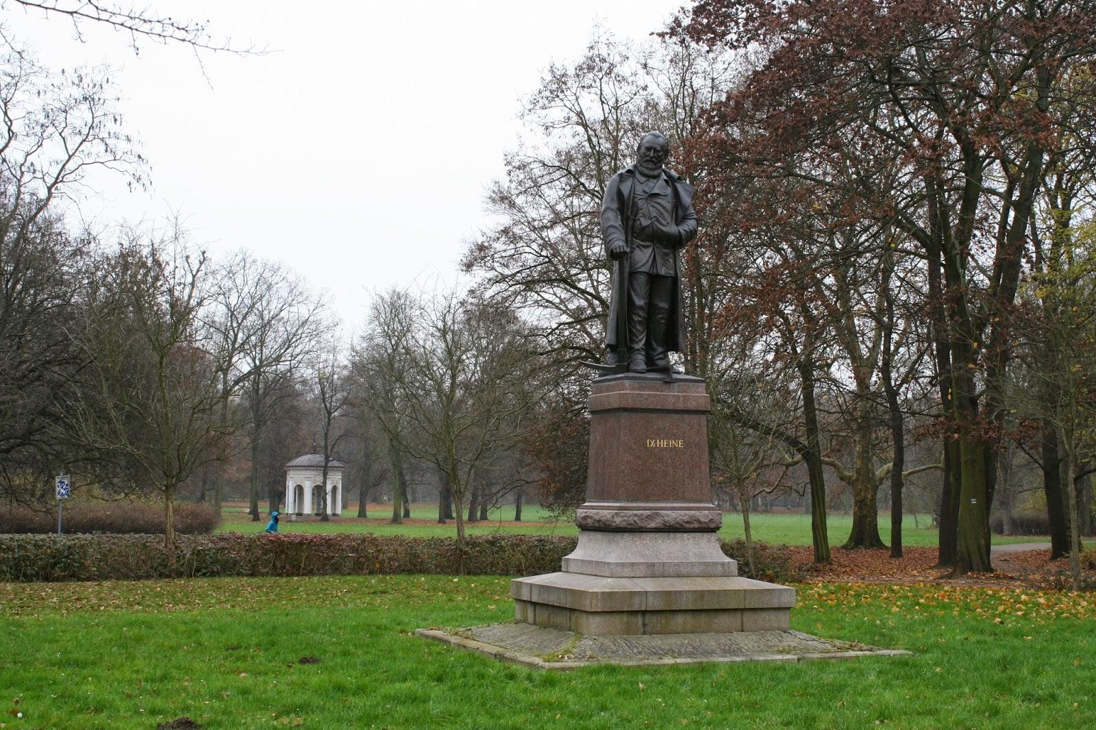 Als Metallspende wurde das ehemalige Denkmal leider im Zuge Krieges für die deutsche Rüstung 1942 abgenommen und 1943 eingeschmolzen - erst seit 2001 steht das Karl-Heine-Denkmal wieder da wie einst - links im Hintergrund der Pavillon aus Gerhards Garten im Clara-Zetkin-Park