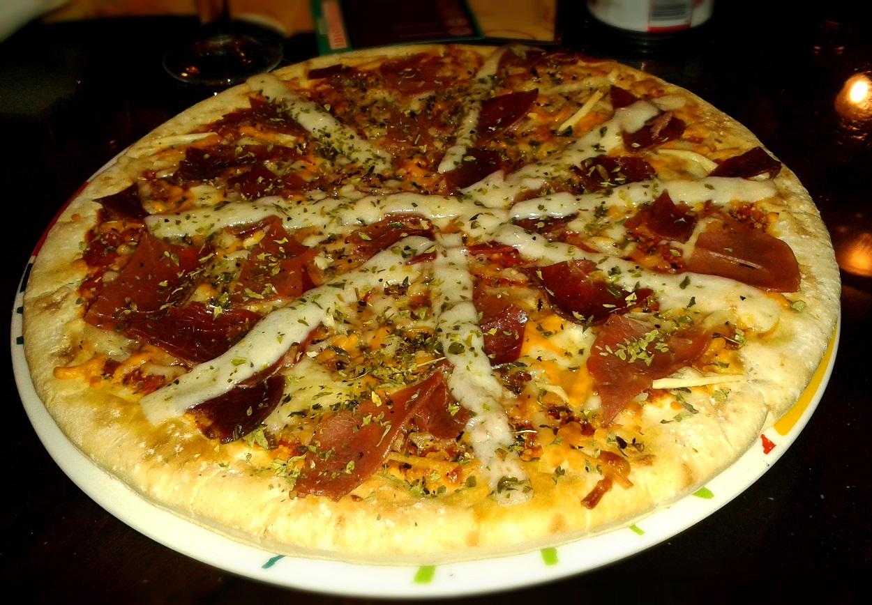 Pizza de jamón serrano y queso