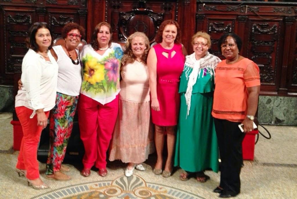 A homenageada Isabel  Kwiatkoswski (ao centro) com representantes da Secretaria da Mulher de Teresópolis e dos conselhos municipal e estadual dos Direitos da Mulher