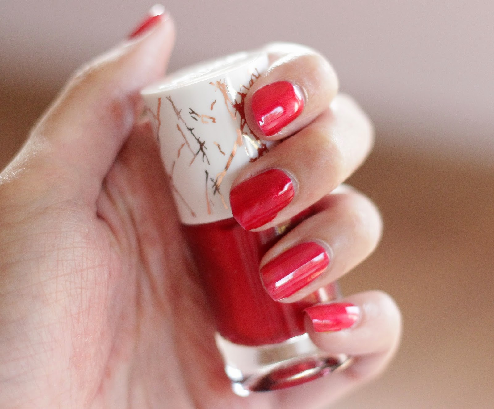 catrice metallure alluring red nagellak swatch