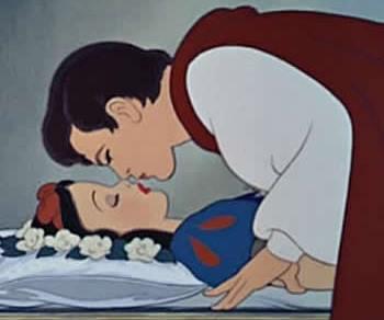 Imagen: Blancanieves recibiendo el beso de un príncipe