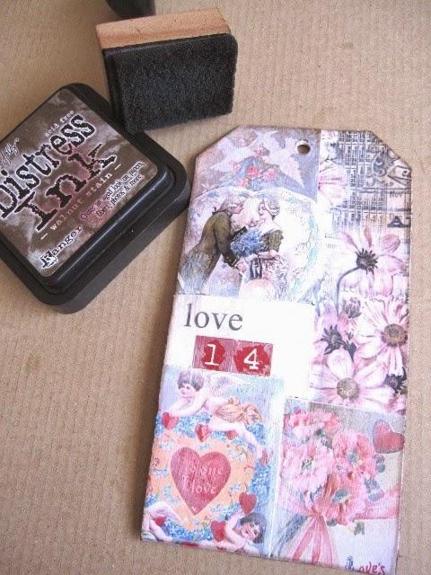 cuarto paso tag febrero: tag con collage imágenes vintage románticas con los bordes envejecidos con Distress Ink Walnut Stain y tampón