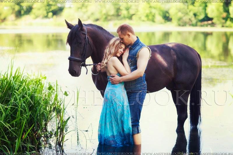 пара и лошадь в воде