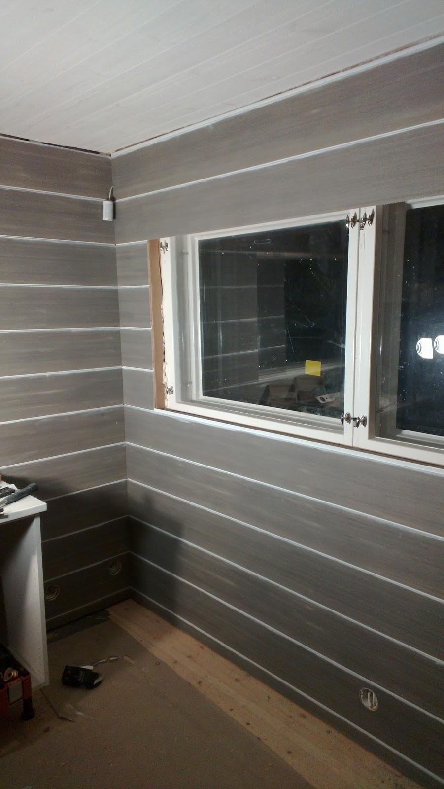 Kylpyhuoneen seinän panelointi