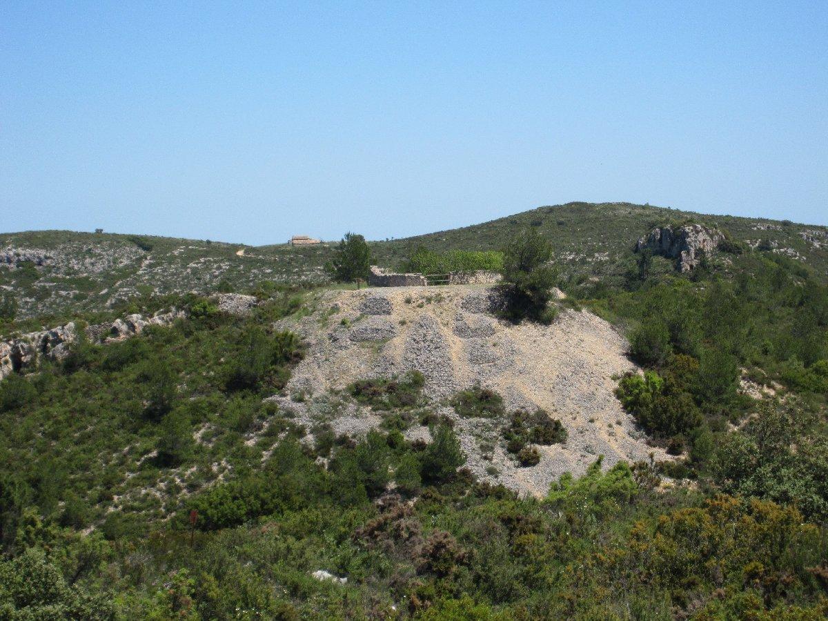 Vista oest de la nevera del Paller, al fons s'aprecia el corral de Poldo