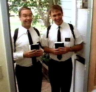 religiosos tocando puertas