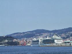 Los dos colosos atracados en el puerto...