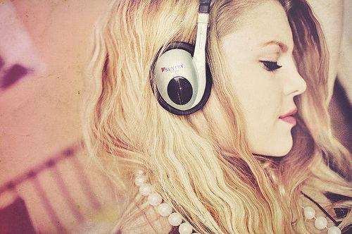 menina escutando musica, fone, menina tumblr, menina pensativa,