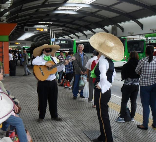 Grupo de Teatro do CETET encenando Os Mariachis Atropelados