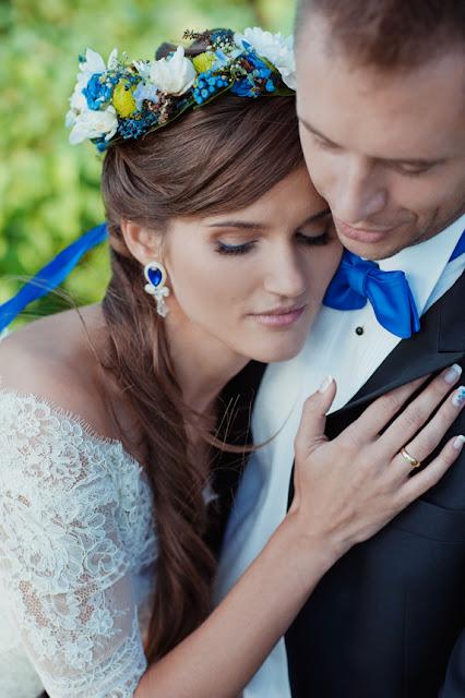 Niebieski wianek ślubny.