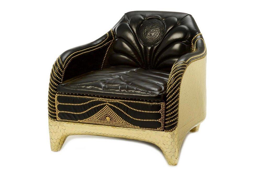 Versace home haas collection un salotto barocco in oro e for Poltrone barocche