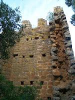 Detall de la torre en el que s'aprecia el coronament a base de merlets