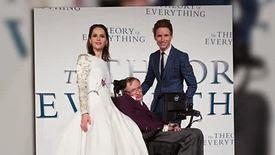 Eddie Redmayne et le professeur Stephen Hawking sur le tapis rouge pour la première d'Une Merveilleuse Histoire du Temps