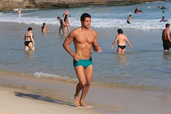 Fábio Keldani correndo pela areia da praia do Arpoador