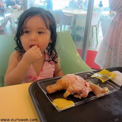 Sonia comiendo una pata de pollo