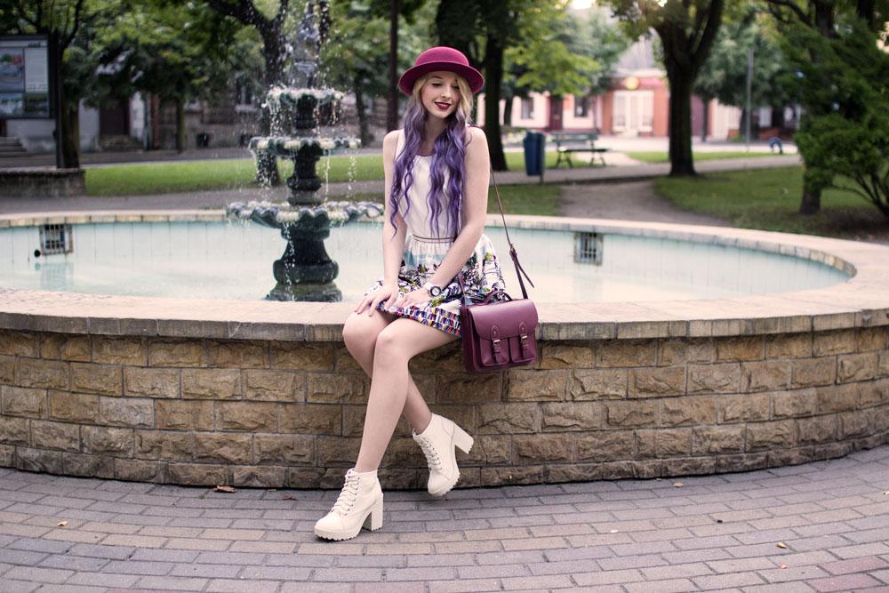 modny kapelusz i sukienka fioletowe ombre
