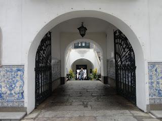 Puerta de hierro en el interior del ayuntamiento de Macao