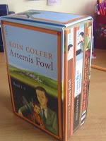http://www.amazon.de/Artemis-Fowl-Band-Schuber-Artemis-Fowl-Roman/dp/354860627X/ref=sr_1_1?s=books&ie=UTF8&qid=1441099798&sr=1-1&keywords=artemis+fowl+schuber