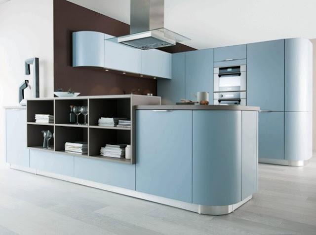 Cuisine design de chez Schmidt. Cuisine bleue en U avec meubles arrondie et niche déco