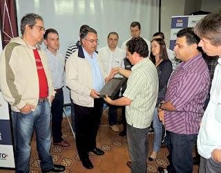 São Miguel do Oeste, Governador, Raimundo Colombo recebe das mão do FEA Ody Gonçalves o Manifesto contra a violência sofrida pelo FEA Guilherme Takeda