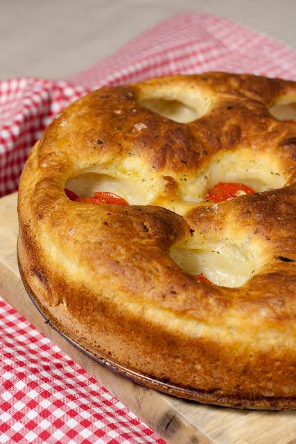 Focaccia sa paradajzom punjena prazilukom i sirom