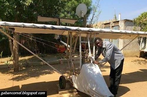 Hebat Lelaki Ini Berhenti Sekolah Buat Kapal Terbang di Depan Rumah