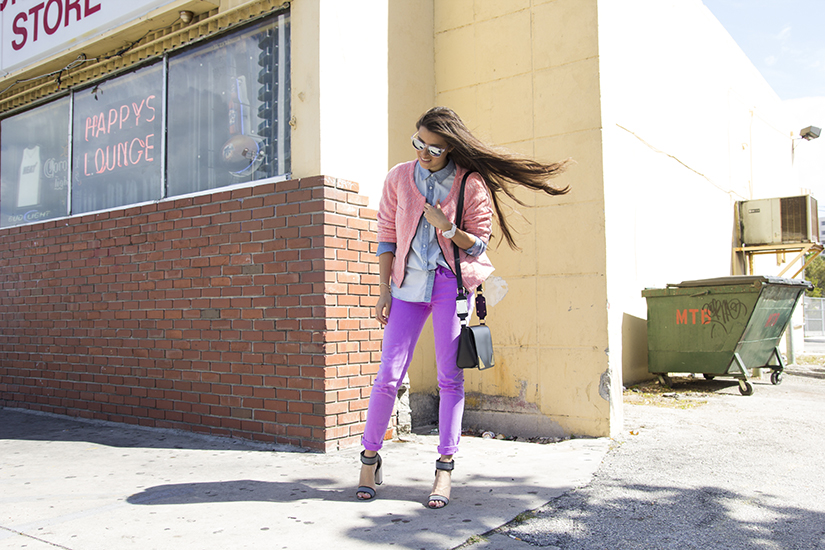 Maria Copello is a fashion blogger and she is wearing a colorfull spring outfit, denim shirt, colored jeans and ankle strap sandals.