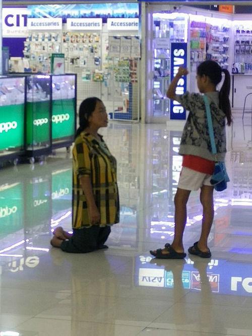 Foto Ibu Berlutut Pada Anaknya Karena Tidak Bisa Belikan Iphone