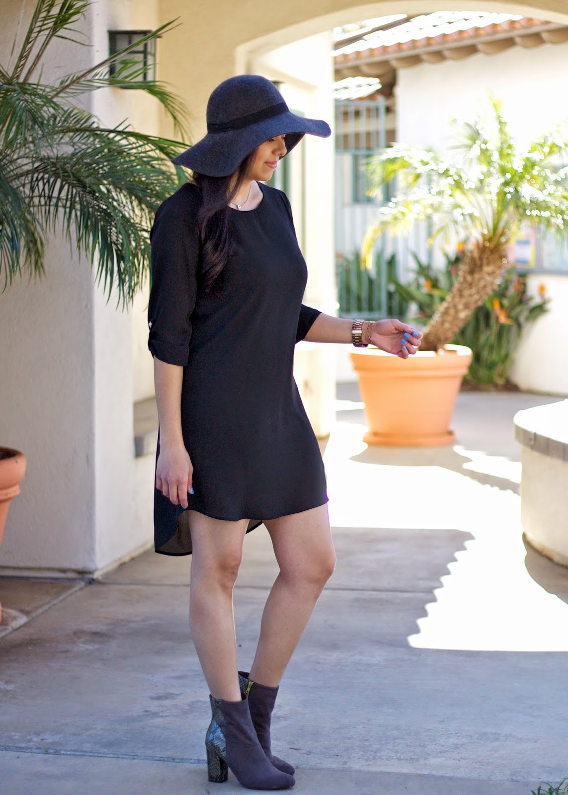 how to wear a black shift dress, black flowy shift dress, black high low dress