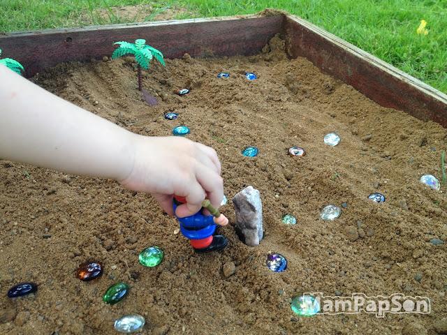пират в песочнице ищет клад