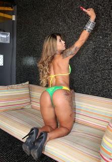 """A largada para o concurso Miss Bumbum Brasil 2015 já foi dada. Nesta segunda-feira, 13, oito concorrentes se reuniram em um estúdio em São Paulo para tirar as fotos de biquíni oficiais do concurso. O clima era de amizade entre as concorrentes. """"Hoje é que nem primeiro dia de 'Big Brother Brasil', todo mundo se ama"""", disse Cacau Oliver, idealizador do concurso."""