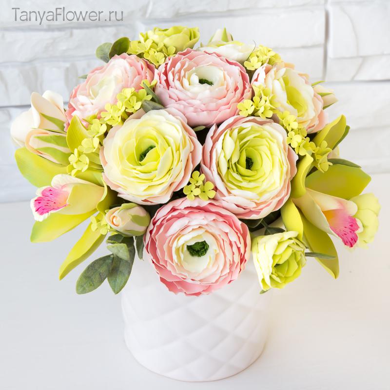 красивый букет цветов с розовыми ранункулюсами