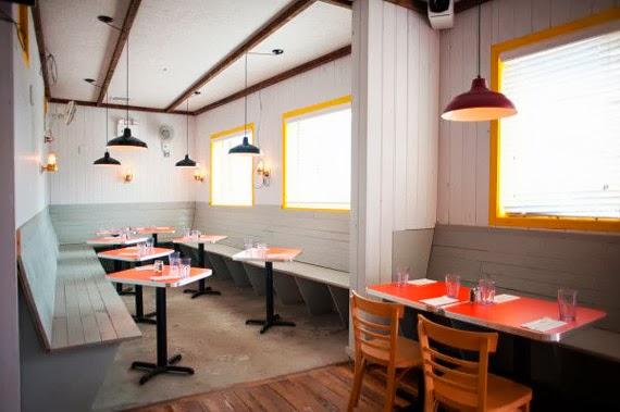 janelas com esquadrias coloridas - esquadria metálica colorida - moldura colorida - ideias para pintar janela