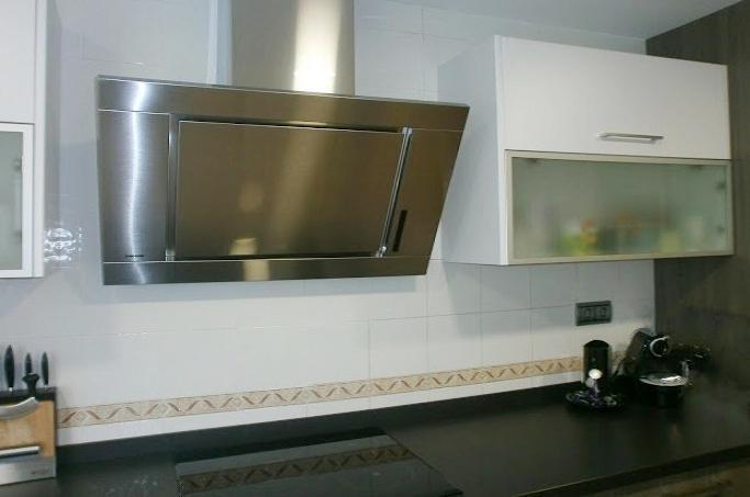 Una reforma muy habitual unir la cocina y el lavadero - Cocinas con campanas decorativas ...